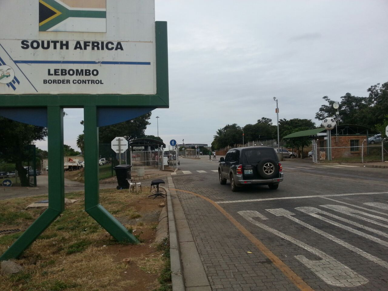 car crossing Lebombo border